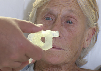 picture of Debbie Davis seeing a model of her repaired aortic valve