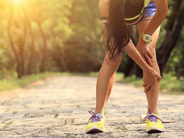 picture of female runner grabbing her knee