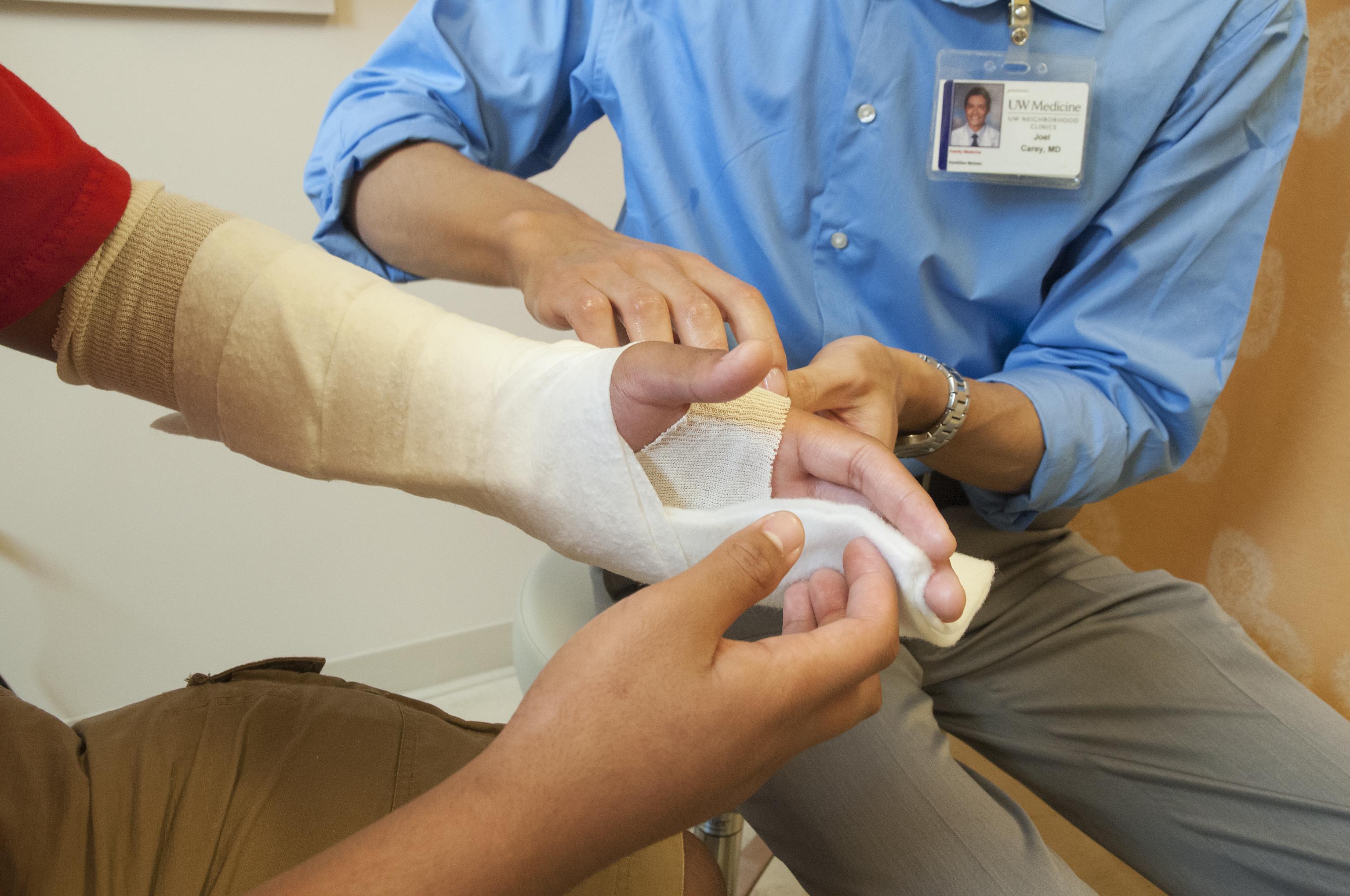 Dr. Joel Carey, family medicine, applies a splint to a patient's broken wrist at the UW Neighborhood Kent/Des Moines Clinic.