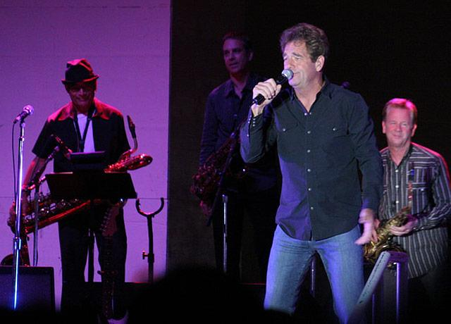 picture of performer Huey Lewis