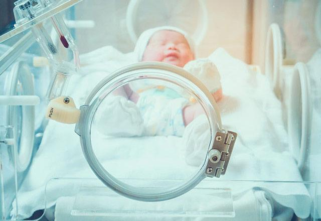 picture of a preemie in a neonatal ICU