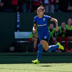 picture of Seattle Reign FC forward Nahomi Kawasumi chasing a soccer ball