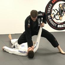 Jiu jitsu knee mount