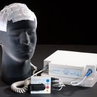 picture of a mannequin head bearing an array of tumor-treating fields